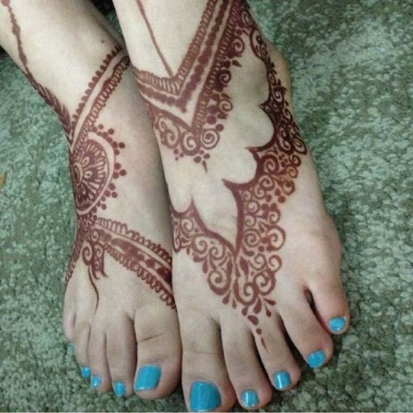 An engaging mehendi design on feet for Ladies and women