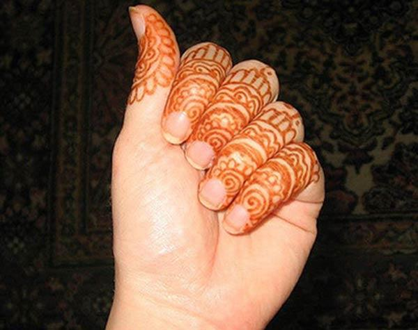 A lovely mehendi design on fingers for Ladies