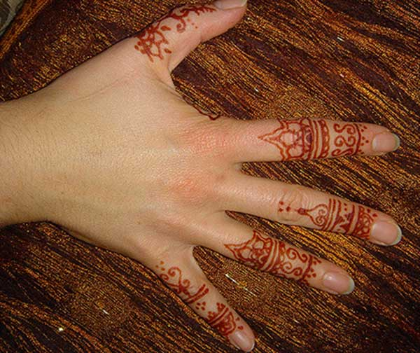 A pleasing finger mehendi design for girls and ladies