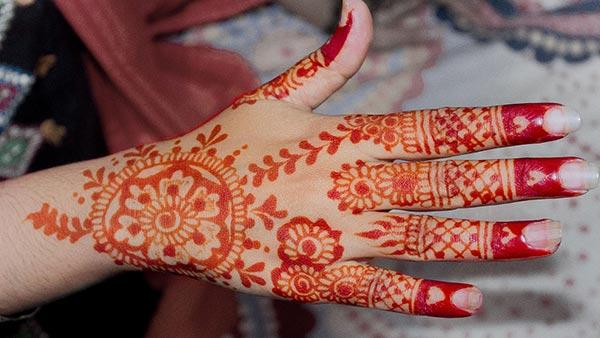 An appealing finger mehendi design for ladies