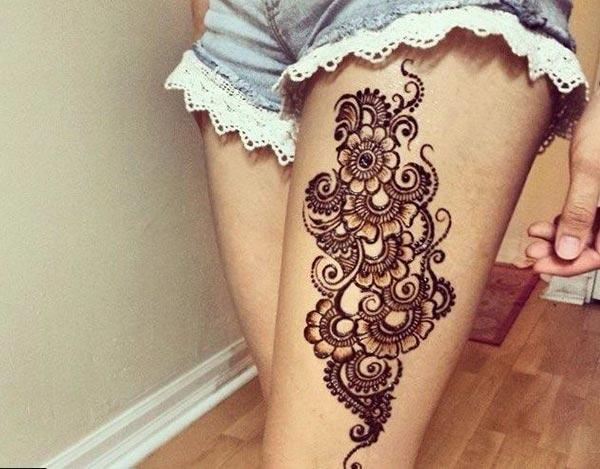 An eye-catchy flower power mehendi design on thigh for Ladies