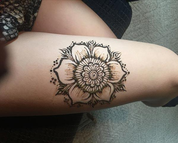 A delightful floral mehendi design on thigh for Girls and women