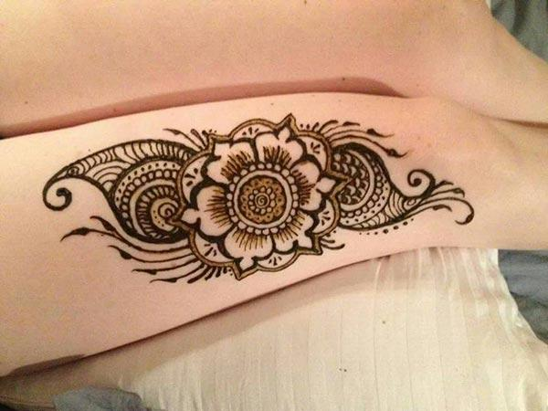 A ravishing mehendi design on thigh for Ladies