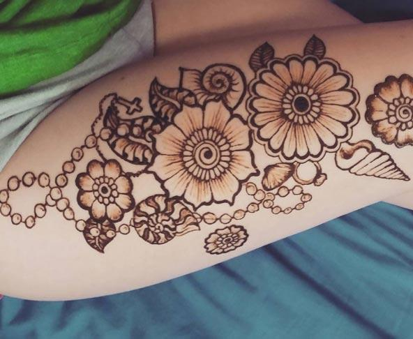 An aesthetic floral mehendi design on thigh for Girls and women