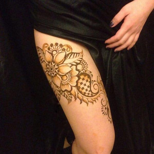 An alluring mehendi design on thigh for Girls and women