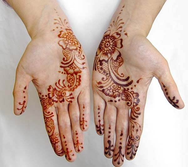 A slanting single liner palm mehendi design for Ladies