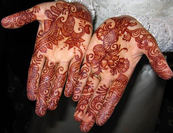 An interesting mehendi design on palm for girls and women