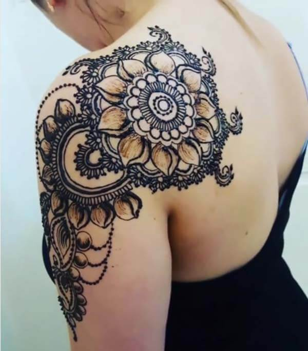 A mesmerizing shoulder mehendi design for Ladies
