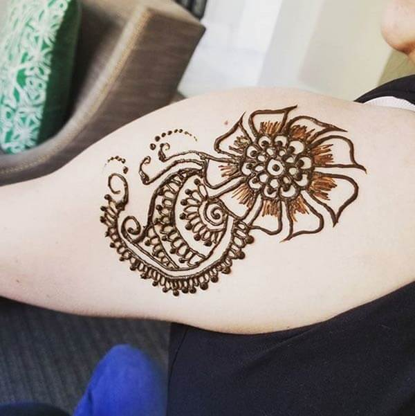 An impressive shoulder mehendi design for ladies