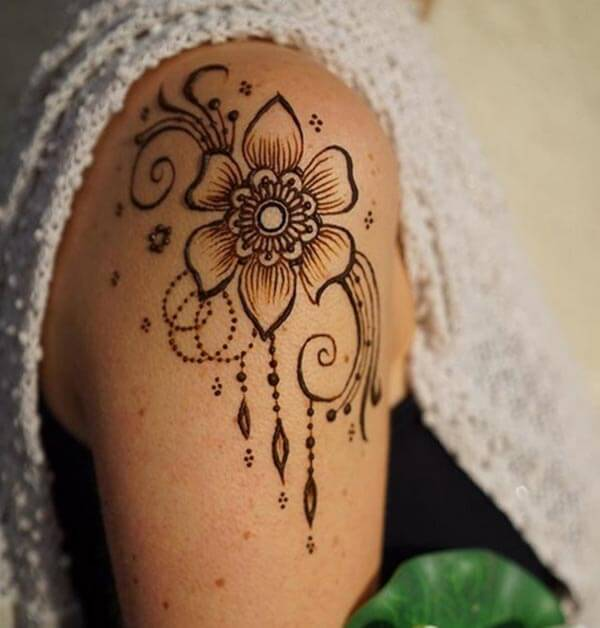 An elegant mehendi design on shoulder for Girls and women