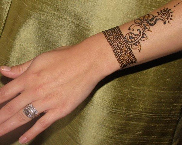 A pleasing wrist mehendi design for Girls and ladies