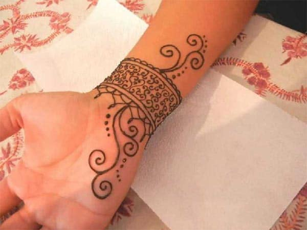 A striking mehendi design on wrist for Girls and women