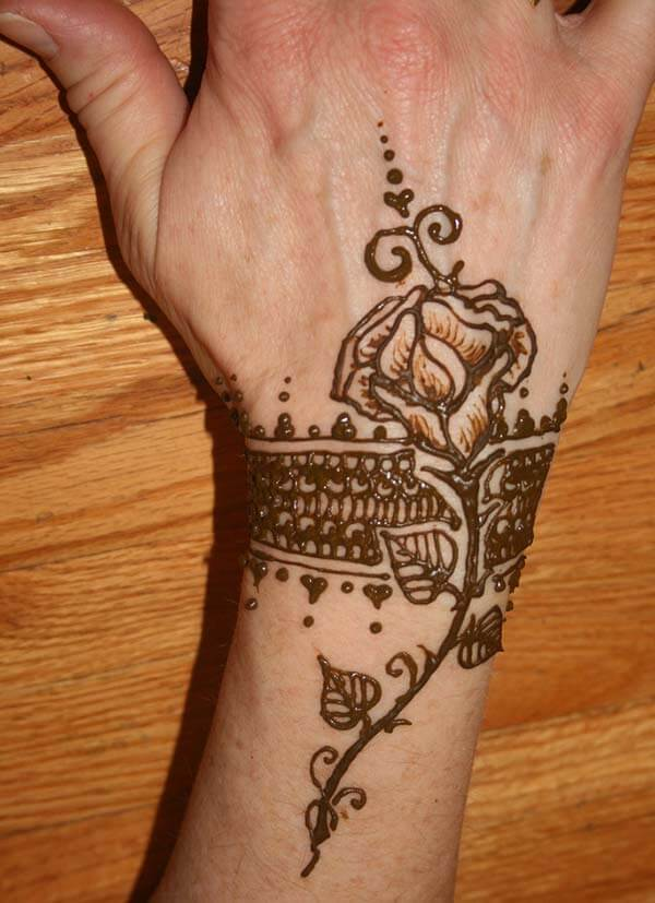 An impressive mehendi design on wrist for Women
