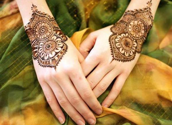 A mind blowing wrist mehendi design for Girls and women